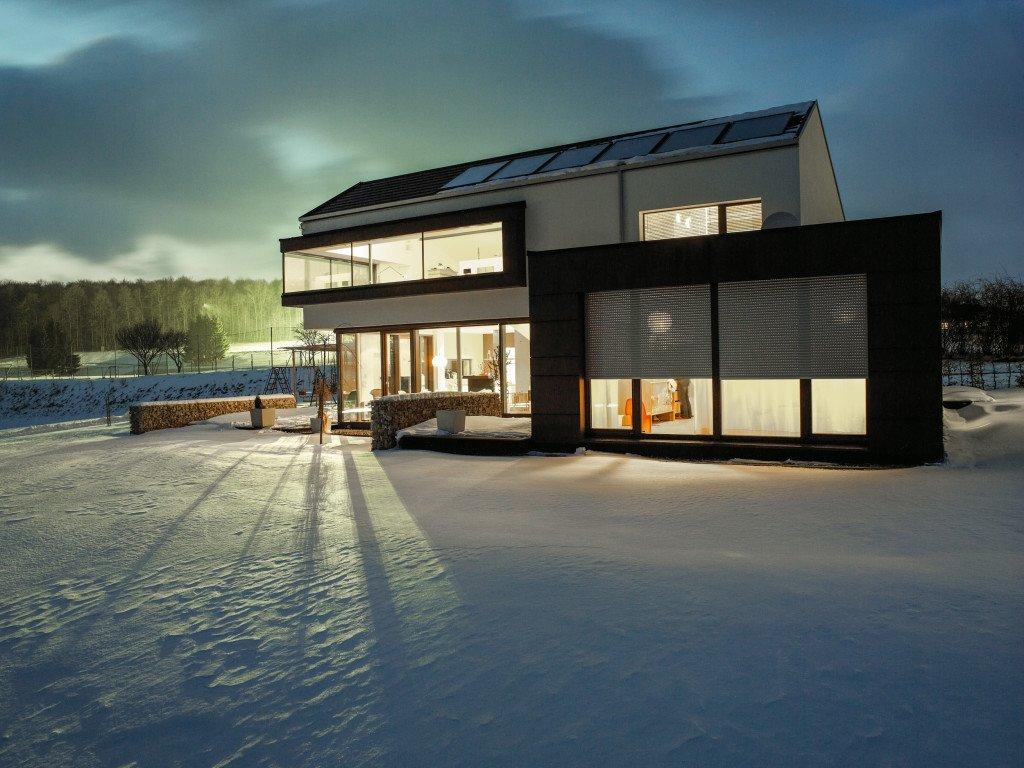 Rolladen-Einfamilienhaus bei Nacht