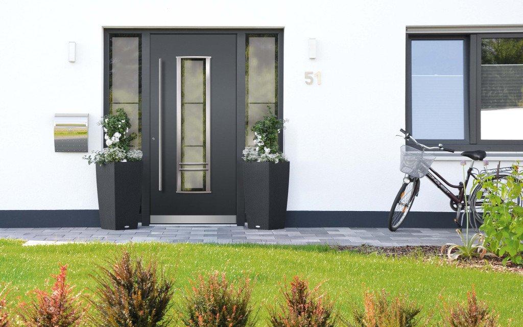 Klauke Haustüren Bildbeispiel Haustür Dunkelgrau mit Glasfenster beidseitig